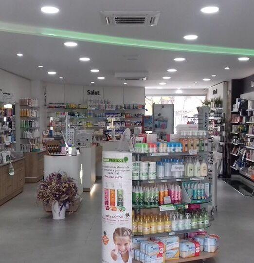 Interior farmacia Rius, amplia gama de productos de salud, estéticda y alimentación